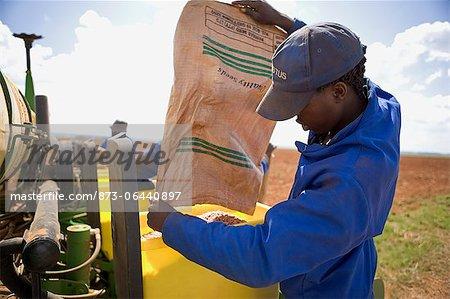 Agriculteur verser les graines au planteur, Boons, Province du Nord-Ouest, en Afrique du Sud