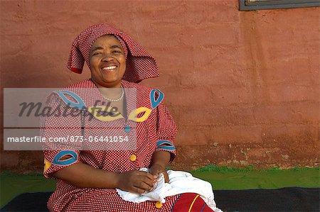 Portrait de femme à traditionnels vêtements, Vosloorus, Gauteng, Afrique du Sud