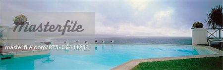 Mouettes sur le bord de la piscine piscine Plettenberg Bay, Western Cape, Afrique du Sud