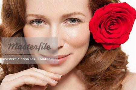 Femme avec une rose rouge dans les cheveux