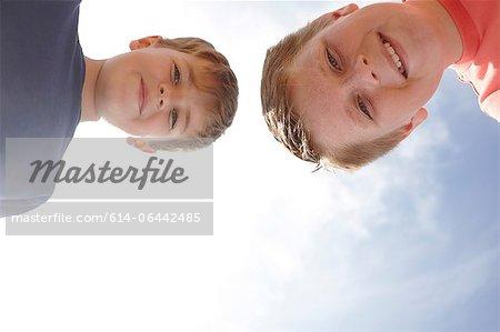 Deux garçons regardant la caméra, vu d'en bas