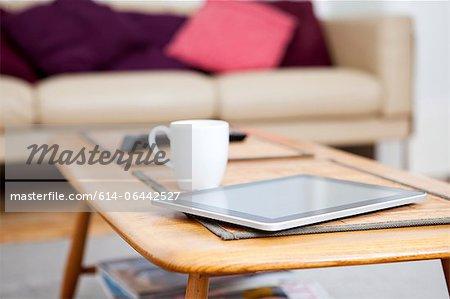 Digitale Tablet auf Couchtisch