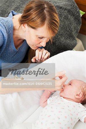Mère fille nouveau-né réconfortante