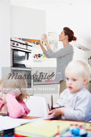 Mutter öffnen Küchenschrank