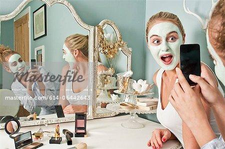 Frau von Freund fotografierte Maske trägt