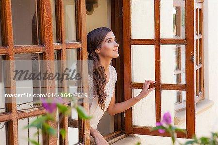 Jeune femme fenêtre de