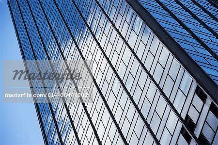 Vue faible angle d'immeuble de bureaux