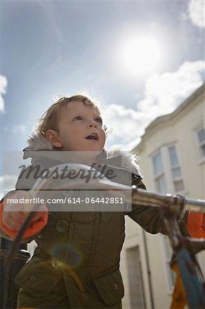 Garçon de bambin mod sur vélo rétro