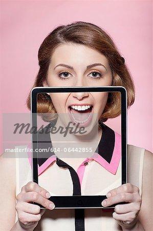 Frau die Hälfte ihr Gesicht mit digitalen tablet