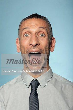 Homme criant avec la bouche ouverte