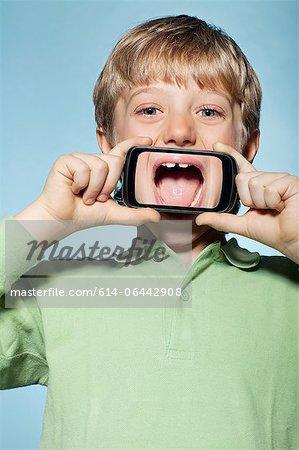 Junge Betrieb Smartphone über Mund