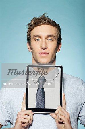 Mann für Hals mit digitalen tablet
