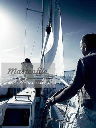 Paar auf Yacht mit Fernglas
