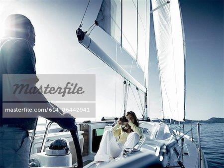 Paar auf Yacht mit Kamera