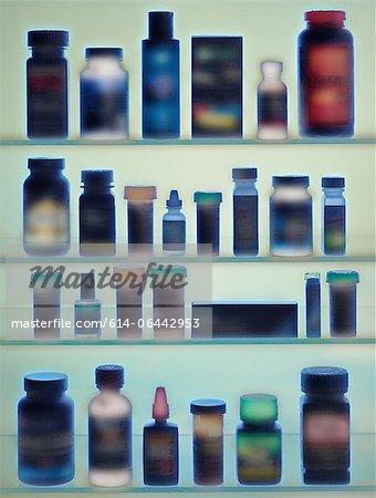 Medizin-Flaschen im Kabinett