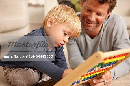 Vater und Sohn spielen mit Abakus