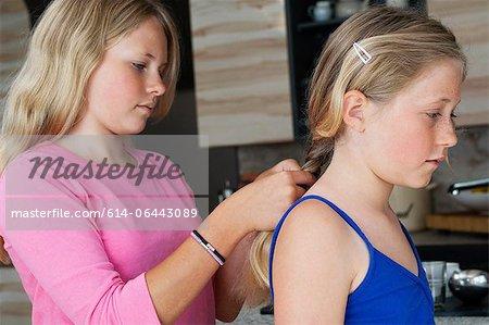 Fille à tresser cheveux les amis