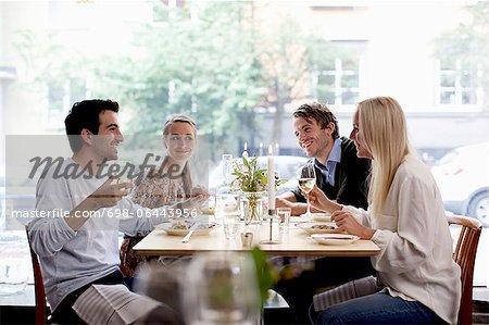 Group of happy Friends am Tisch restaurant