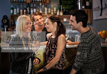 Bar tender Blick auf Freunde lächelnd am Schalter