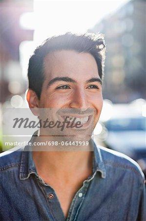 Jeune homme souriant comme il semble loin