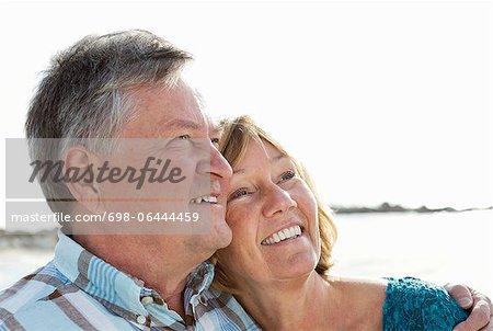 Glückliches Paar am Strand Wegsehen