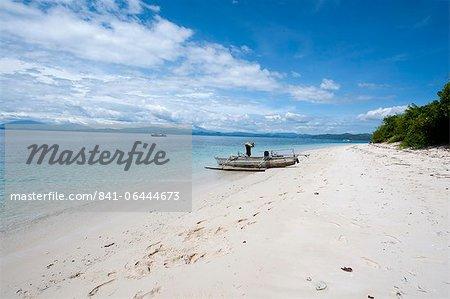Plage avec bateau de pêche, Manado, Sulawesi, Indonésie, Asie du sud-est, Asie