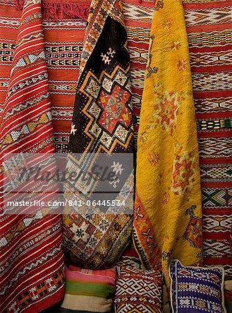 Tapis à vendre dans le souk de Marrakech, au Maroc, en Afrique du Nord, Afrique