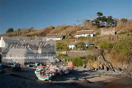 Des bateaux en bois dans le port de Cadgwith sur la péninsule de Lizard en Cornouailles, Angleterre, Royaume-Uni, Europe