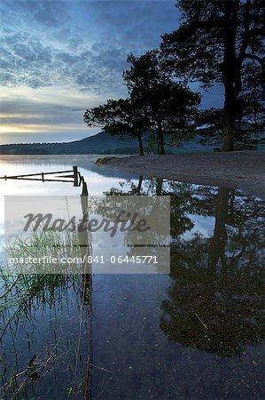 Lever du soleil, l'eau Derwent, Parc National de Lake District, Cumbria, Angleterre, Royaume-Uni, Europe