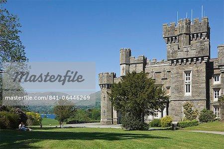 Wray château sur le rives du lac Windermere, une maison de vacances de Beatrix Potter, le célèbre auteur d'histoires pour enfants, Parc National de Lake District, Cumbria, Angleterre, Royaume-Uni, Europe