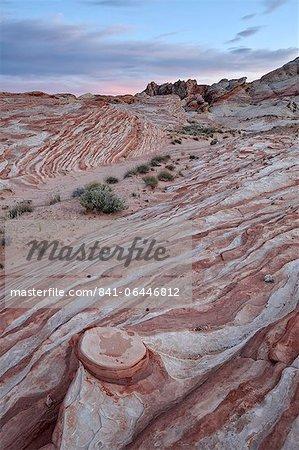 Roten und weißen Sandstein-Schichten mit bunten Wolken bei Sonnenuntergang, Valley Of Fire State Park, Nevada, Vereinigte Staaten von Amerika, Nordamerika