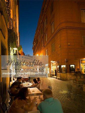 Gens à manger à l'extérieur restaurant, Rome, Lazio, Italie, Europe