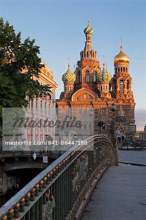 Eglise sur le sang versé, patrimoine mondial UNESCO et pont sur la Kanal Griboedova, Saint-Pétersbourg, en Russie, Europe