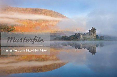 Un matin d'automne brumeux à côté du Loch Awe avec vue sur le château de Kilchurn, Argyll and Bute, Ecosse, Royaume-Uni, Europe