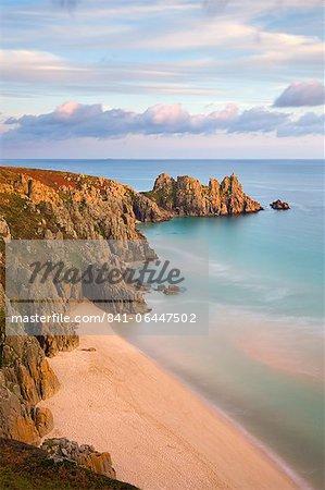 Plage de Pednvounder et Logan Rock de falaise Treen, Treen, Porthcurno, Cornwall, Angleterre, Royaume-Uni, Europe