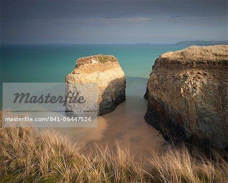 Pile de rocher sur la plage de sable de Gwithian Towans, Cornwall, Angleterre, Royaume-Uni, Europe