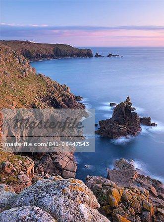Regardant vers le bout du monde depuis les falaises au-dessus de Sennen, Cornwall, Angleterre, Royaume-Uni, Europe