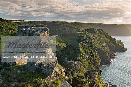 Dominant les falaises de la vallée de roches, Exmoor, Devon, Angleterre, Royaume-Uni, Europe