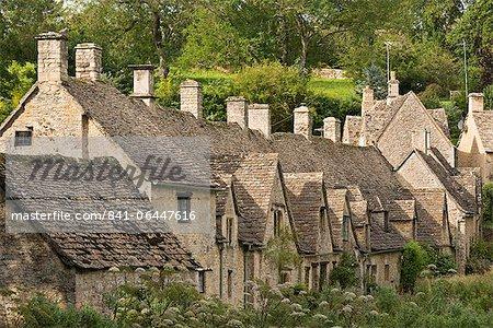 Chalets pittoresques au rang d'Arlington dans le Cotswolds village de Bibury, Gloucestershire, Angleterre, Royaume-Uni, Europe