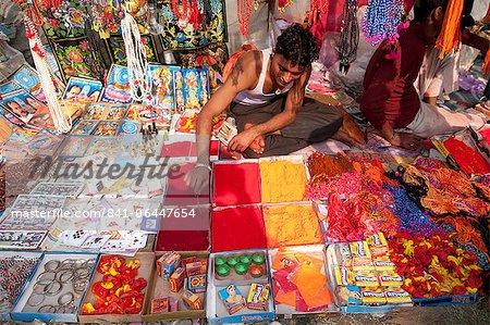 Man kaufe Abir, eine rote Pulver für die Markierung auf der Stirn, Teeka und andere Hindu Schmuckstücke, Sonepur, Bihar, Indien, Asien
