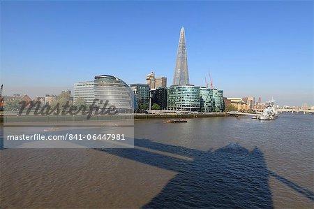 South Bank avec des bâtiments mairie, Shard London Bridge et plus de Londres avec l'ombre de Tower Bridge, dans le premier plan, Londres, Royaume-Uni, Europe