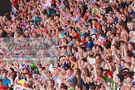 Grande foule de spectateurs britanniques avec Union drapeaux dans une sports arena, Londres, Royaume-Uni, Europe