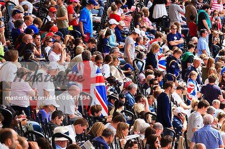 Foule de spectateurs britanniques avec Union drapeaux dans une sports arena, Londres, Royaume-Uni, Europe