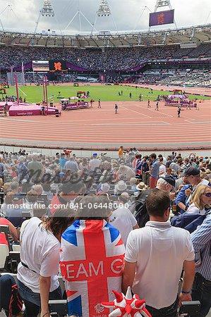 Spectateurs avec Team GB Union drapeaux dans le stade olympique, Jeux olympiques de 2012, Londres, Royaume-Uni, Europe