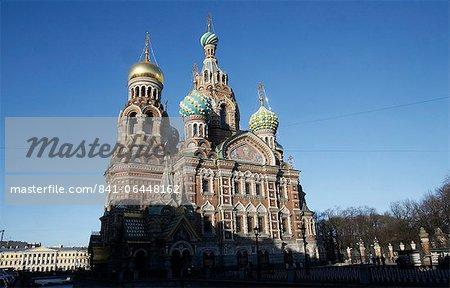 Vue extérieure à côté du Canal Griboedov de l'église du Sauveur sur le sang versé (église de la Résurrection), patrimoine mondial de l'UNESCO, Saint-Pétersbourg, Russie, Europe