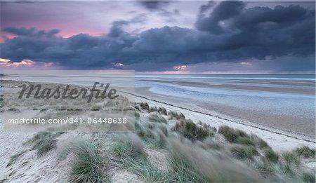 Conditions dramatiques au crépuscule dans la baie de Holkham, Norfolk, Angleterre, Royaume-Uni, Europe