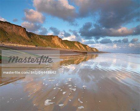 Une vue magnifique matinée ensoleillée des falaises à Sheringham, Norfolk, Angleterre, Royaume-Uni, Europe