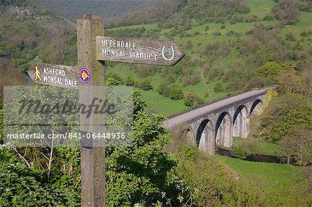 Wegweiser und Monsal Dale Viadukt von Monsal Kopf, Derbyshire, England, Vereinigtes Königreich, Europa