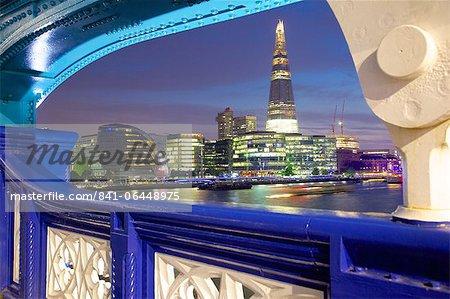 L'éclat de Tower Bridge, à la tombée de la nuit, Londres, Royaume-Uni, Europe