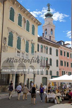 Duomo de San Martino clocher et marché, Piazza Duomo dei, Belluno, Province de Belluno, Vénétie, Italie, Europe